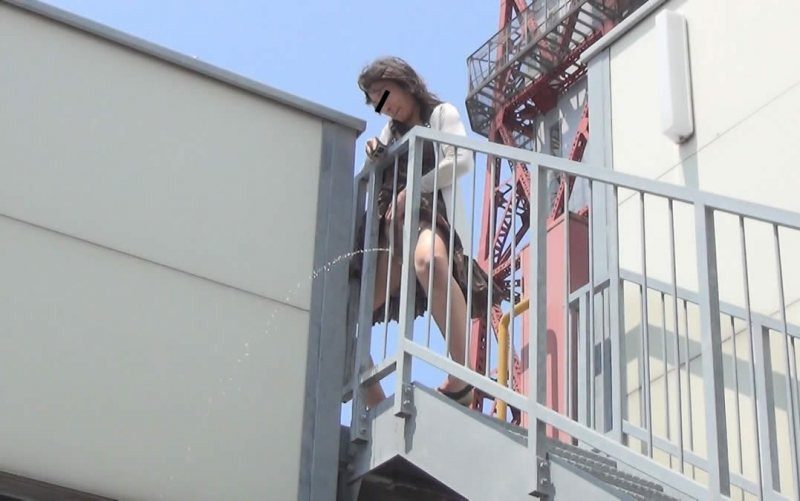 非常階段で起用に立ちションしてる女性を発見!