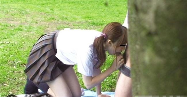 公園の茂みでギャルJKが四つん這いでチンポをフェラ!