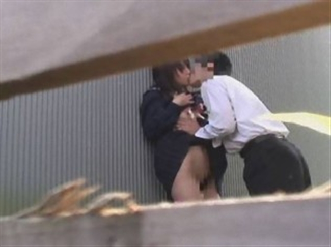 Kカップルがお外でディープキスを交わしてる!