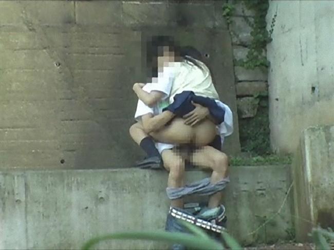 女子校生が背面座位でセックスしてお尻丸出し!