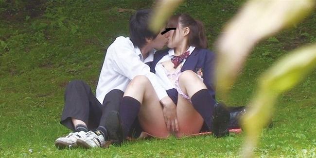キスしながら彼氏がマンコを手マンで刺激!