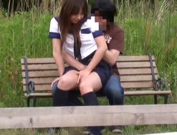 ベンチに座って後ろからJK彼女のマンコを弄る!