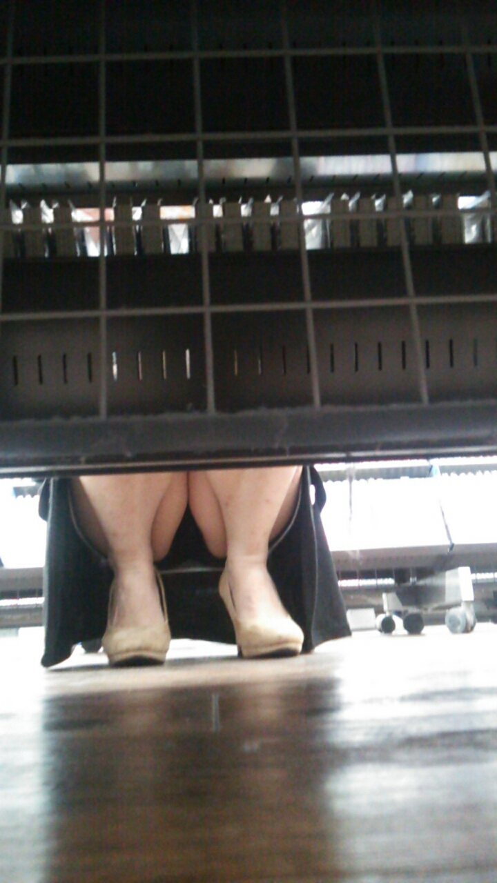 レンタル屋で素人のスカートの中を覗き見!