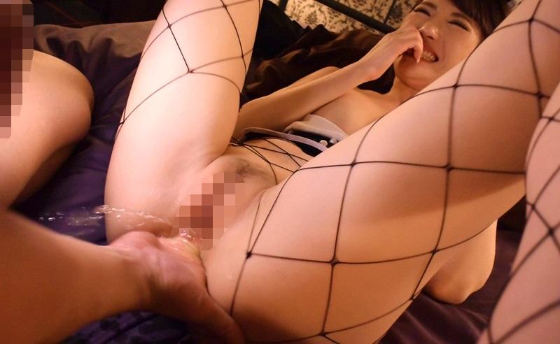 網目が大きい網タイツの美女の膣内に指を突っ込む!