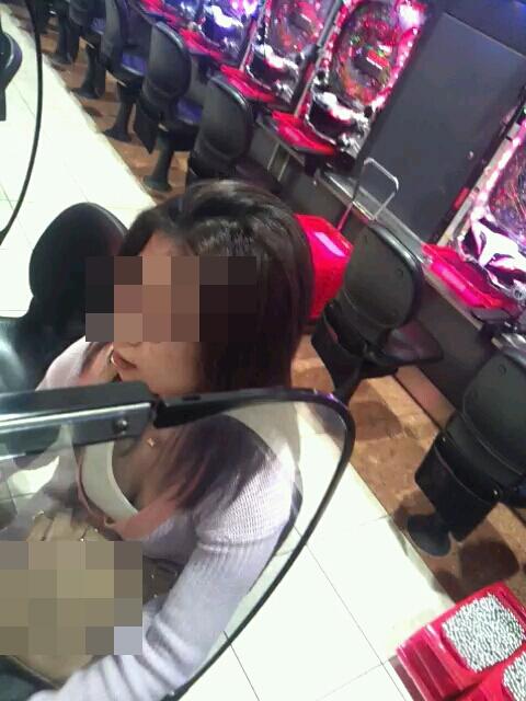 パチンコ店内にドスケベな女性を見つけて胸チラ盗撮!