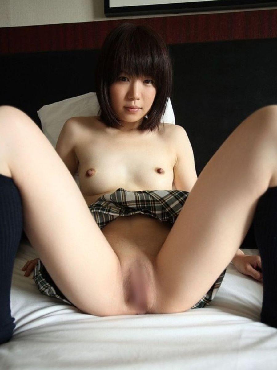 可愛い女子校生の無毛の股間にドキドキしちゃう!