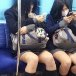 【JK電車内盗撮エロ画像】足が細くて素敵な制服姿の女子校生の露出してる太ももを見てたらシコりたくなる!