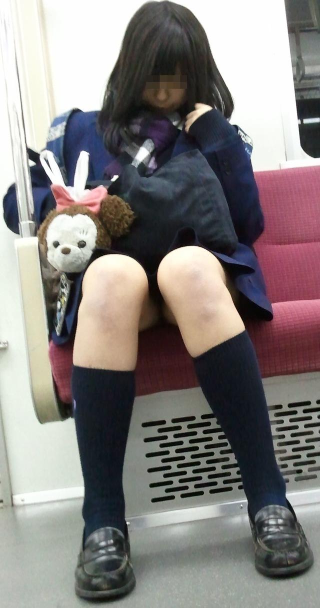 女子校生の足がエロすぎるし、パンツが見えそう!