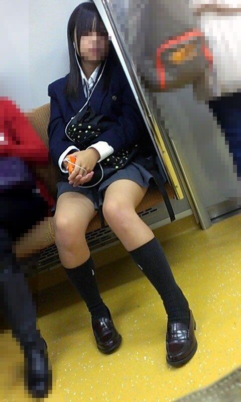 電車で居眠りしてる制服JKの生足をスマホで盗撮!