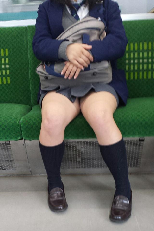 電車で対面に座る女子校生の太ももを見て興奮する!