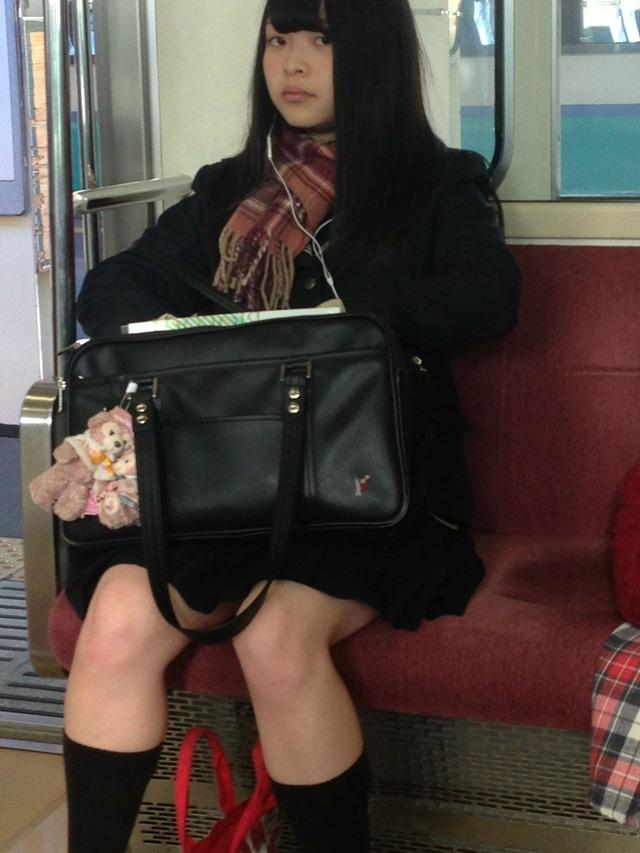 可愛い黒髪清楚なJKのスレンダー美脚を隠し撮り!