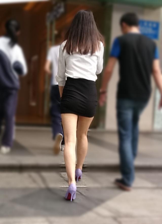 ミニスカートで剥き出しになった美脚に惚れ惚れする!