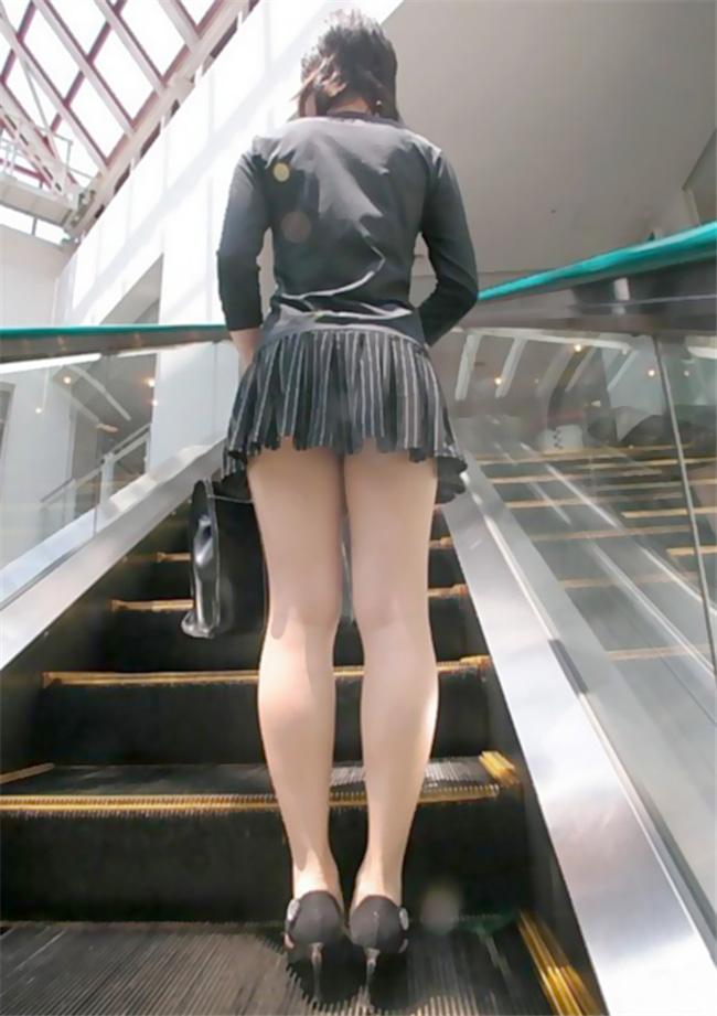 エスカレーターで美女の美脚を見上げる!