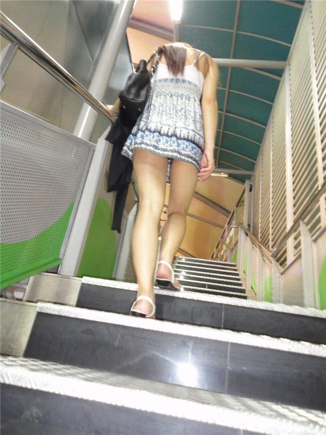 階段をのぼるミニスカ美女の美脚を覗く!