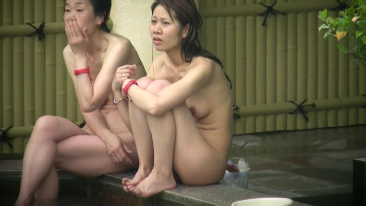 温泉で体育座りする素人女性を盗撮してる!