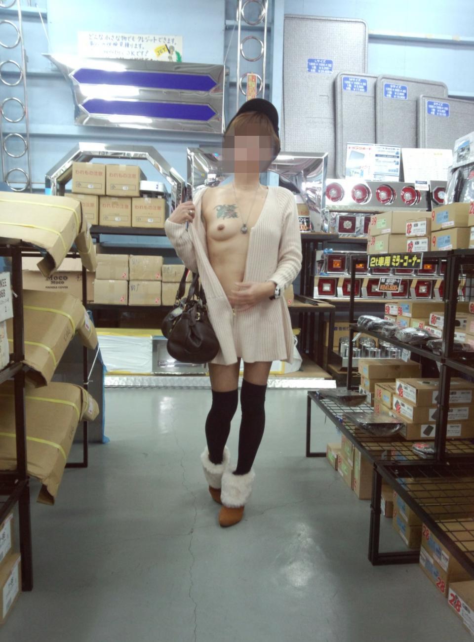 店内で人目を盗んでおっぱいを露出してる変態美女!