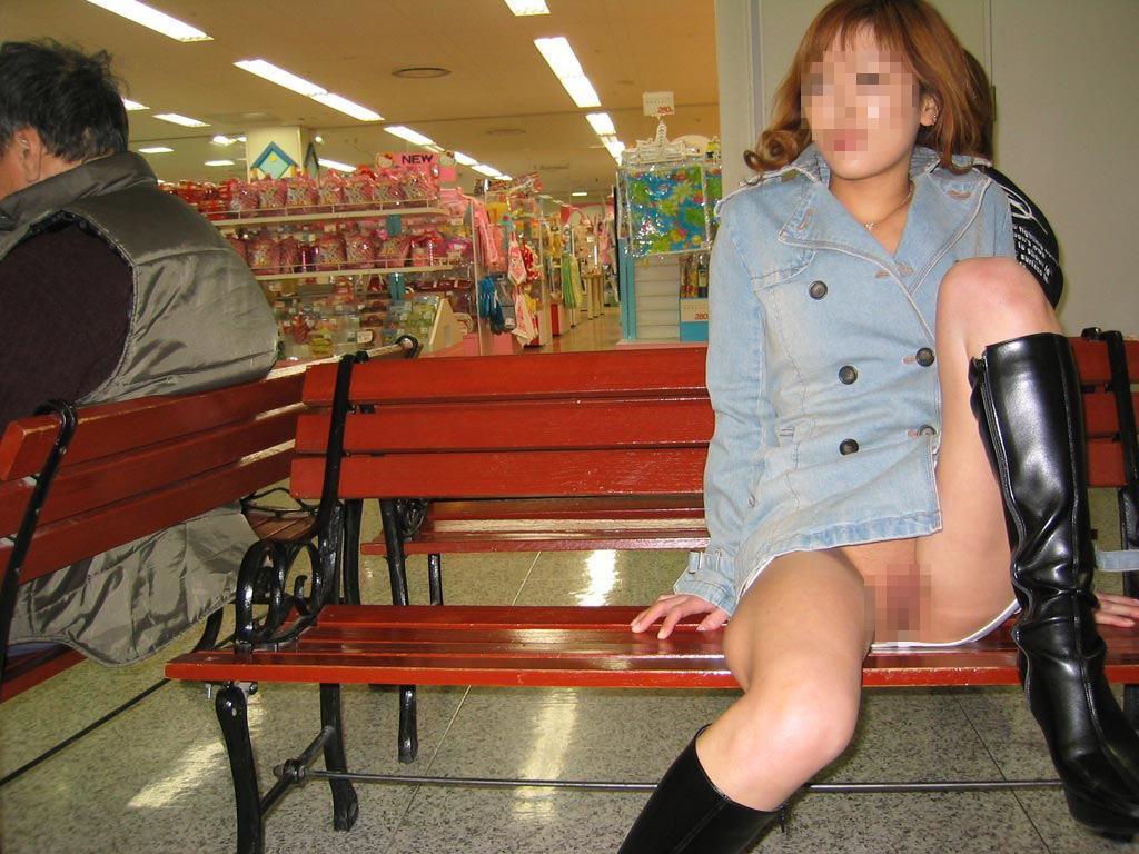 ノーパンの状態でベンチに座ってマンコを露出する!