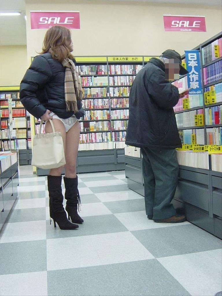 本屋で立ち読みしてる男性の後ろで純白パンツを露出!