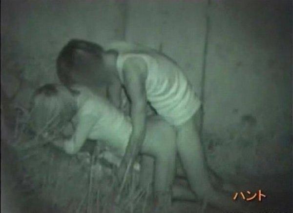 暗闇の中で激しいセックスをしてる素人カップル!