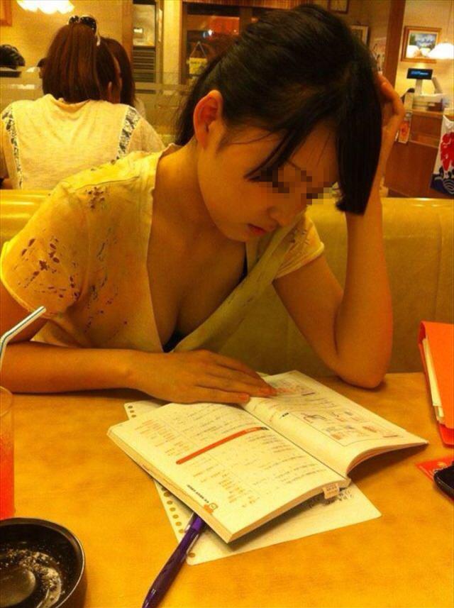 勉強してる女子大生のおっぱい谷間を狙って盗撮!