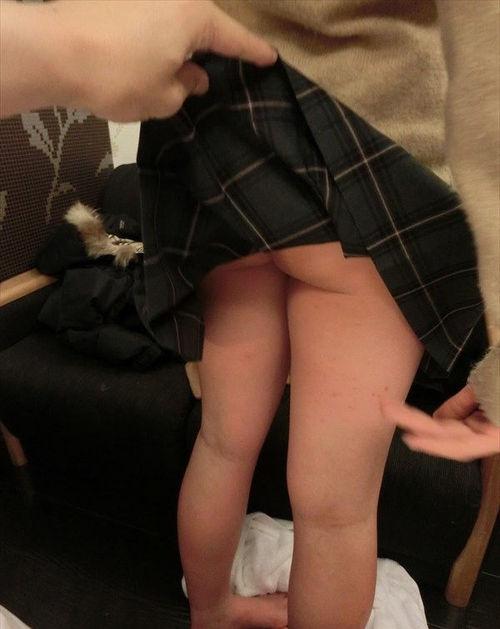 JKのスカート捲ったらノーパンでお尻が丸出し!