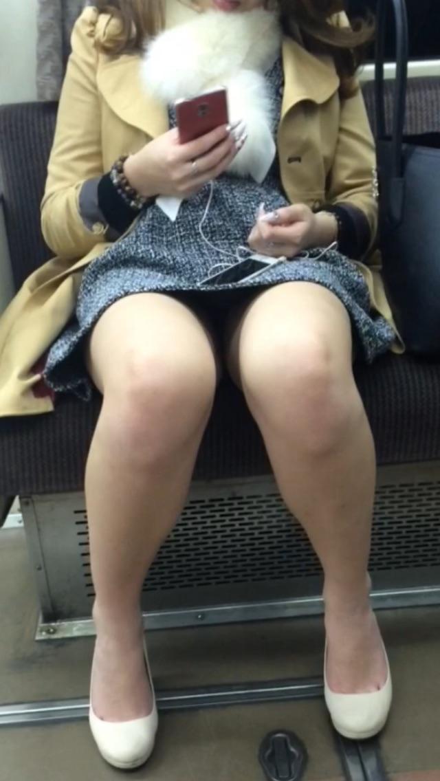 電車内でスマホを弄ってる女性はパンチラ率高め!