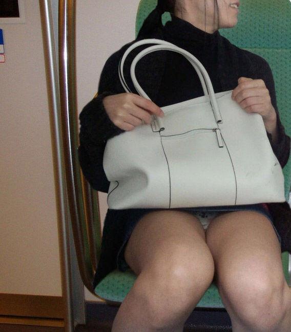 電車内で女性のデルタゾーンに釘付け!