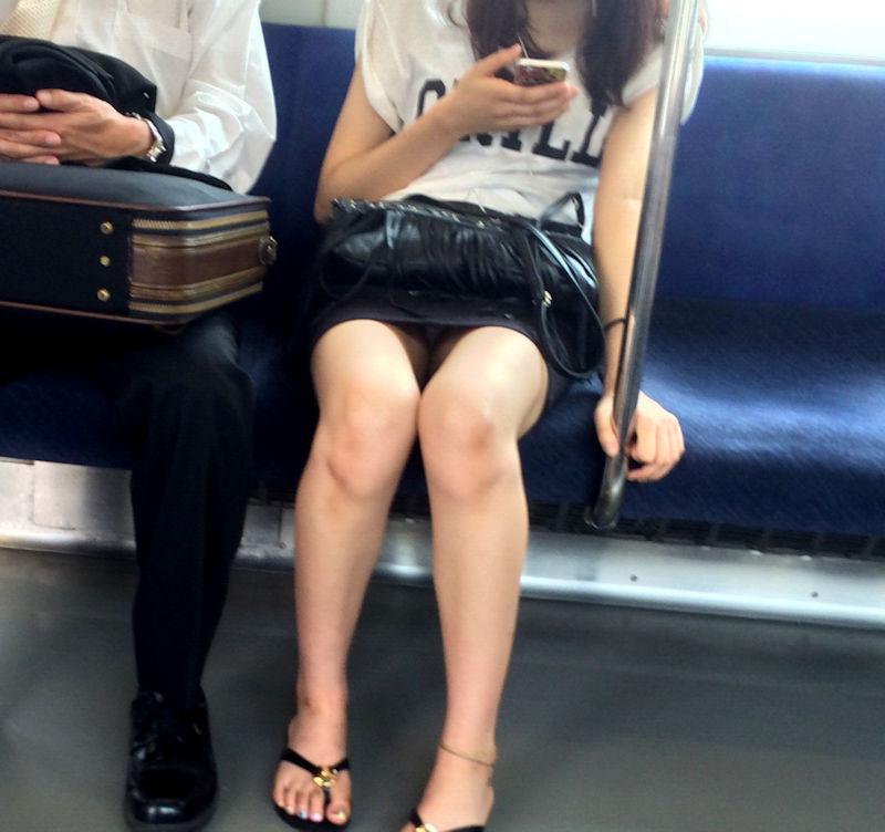 電車でスリム美脚が気になる女性のパンチラ!