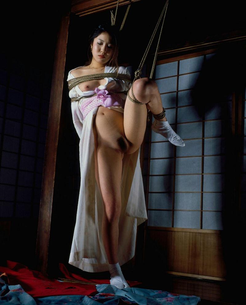 和服美女が片脚を上げながら緊縛される!