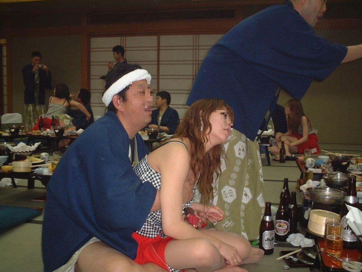 酔っぱらった勢いで服の上から胸を鷲掴み!