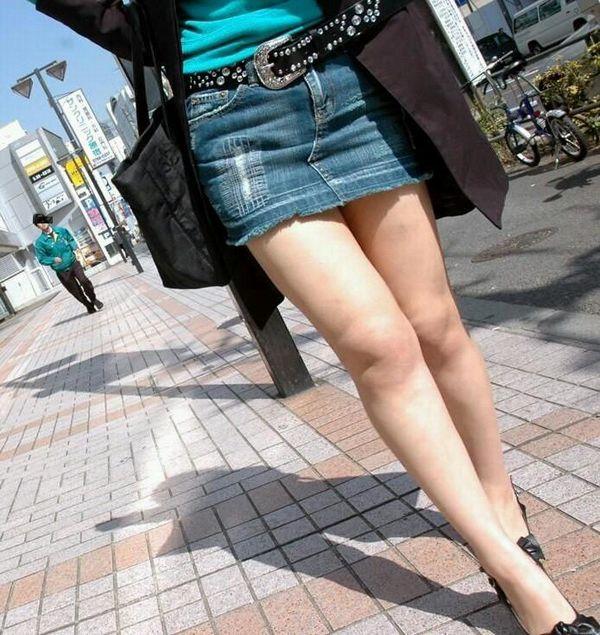 冬になってもミニスカートで美脚を堪能させてくれる!