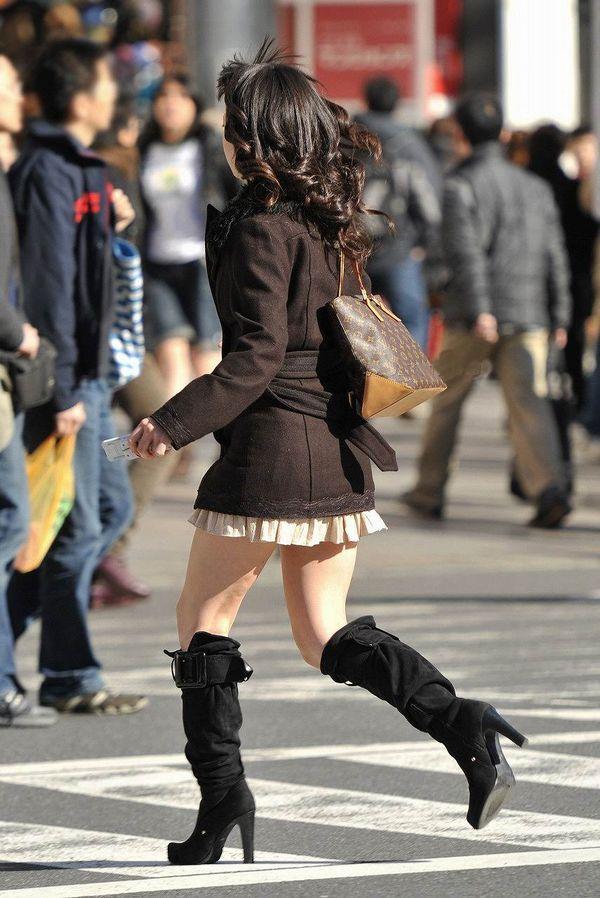 寒いのにミニスカートで太ももがイヤらしい!