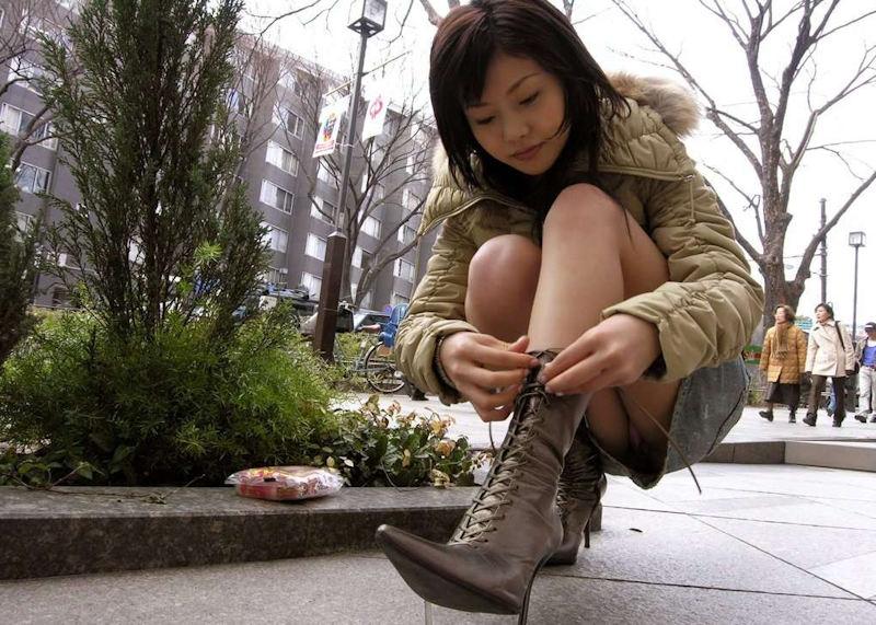 美脚お姉さんがブーツの紐を結んでる時にパンチラ!