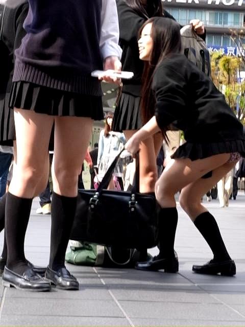 街ではしゃいでるJKの派手なパンツを盗撮!