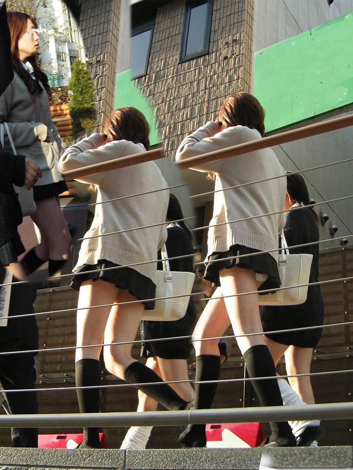 制服のスカートが短すぎるからパンチラを隠し撮り!