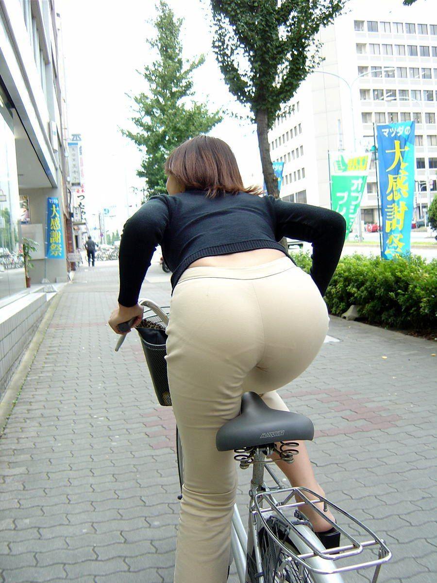 自転車に乗ってる女性が思いっきり透けパンしてる!