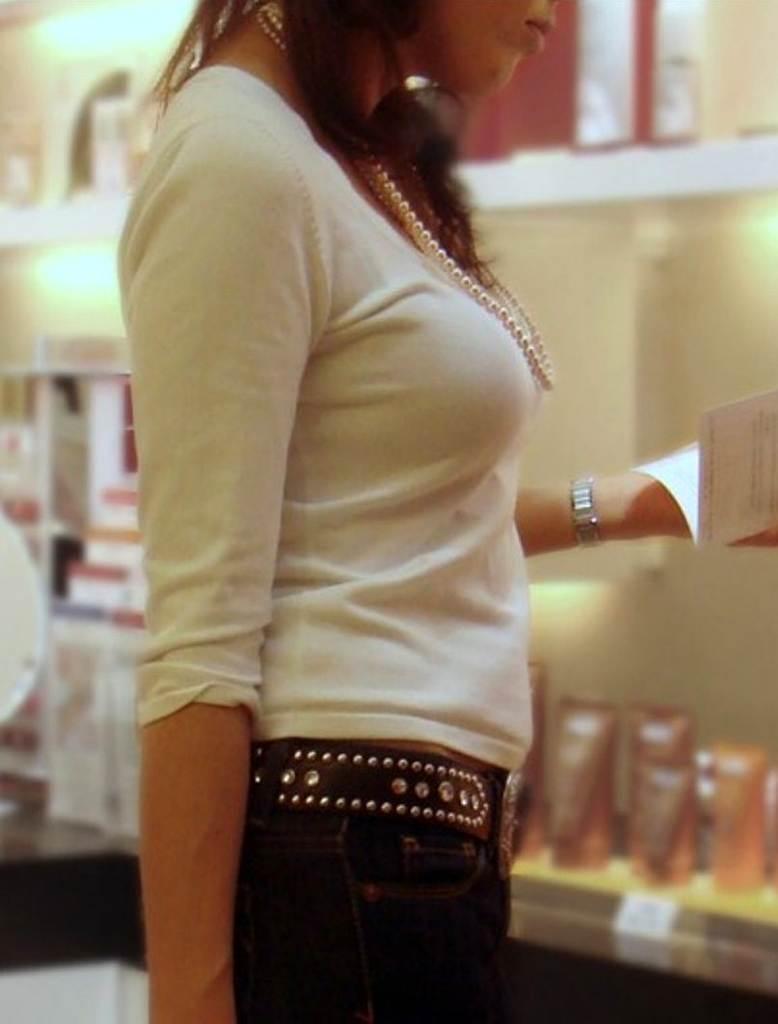 着衣巨乳が素晴らしい素人女性の胸元を盗撮!