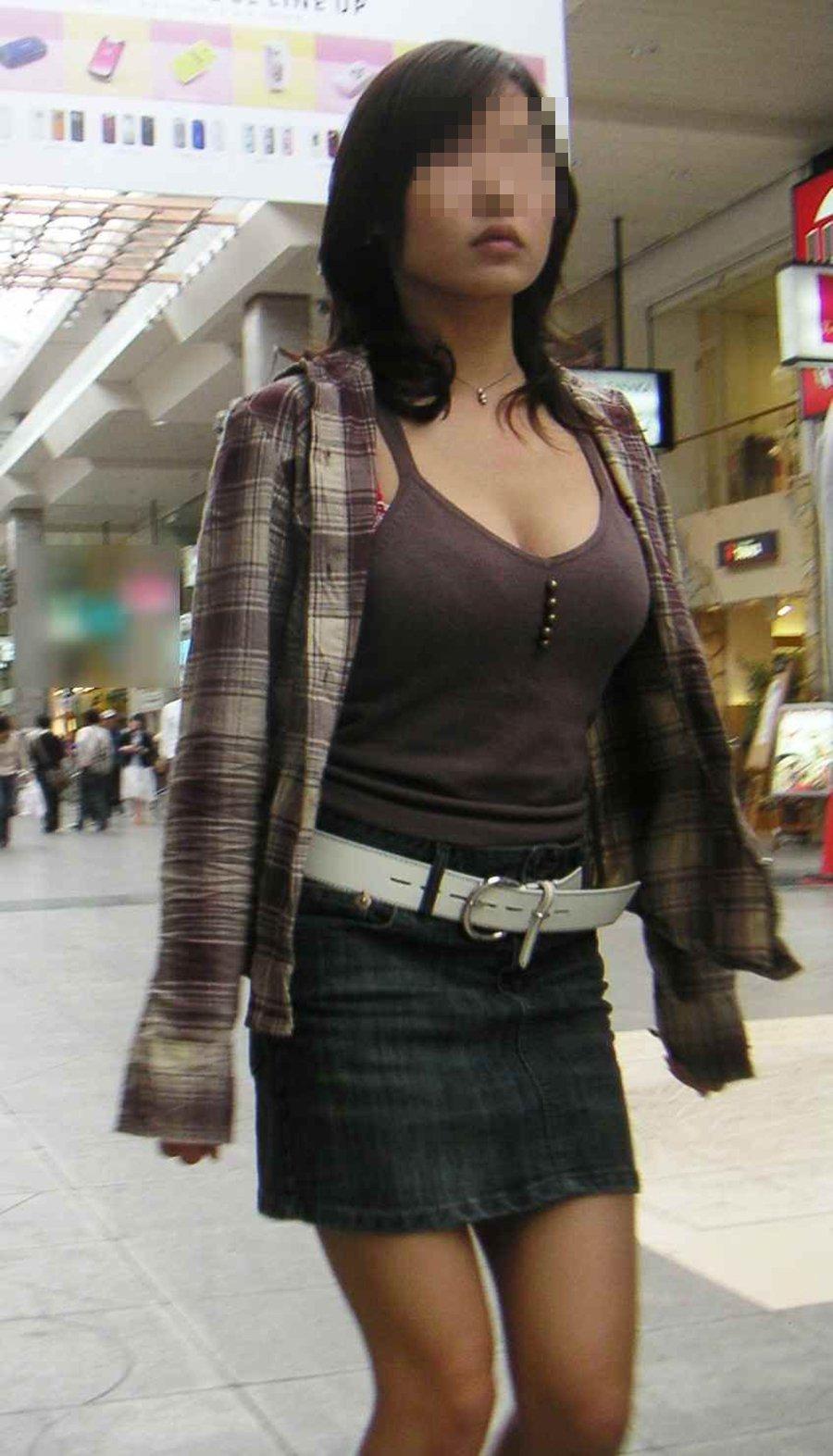 胸のデカイ女性を見て街中で勃起する!