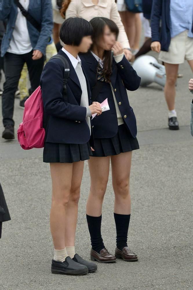 清楚系の制服姿のJKたちの綺麗な足に見惚れる!