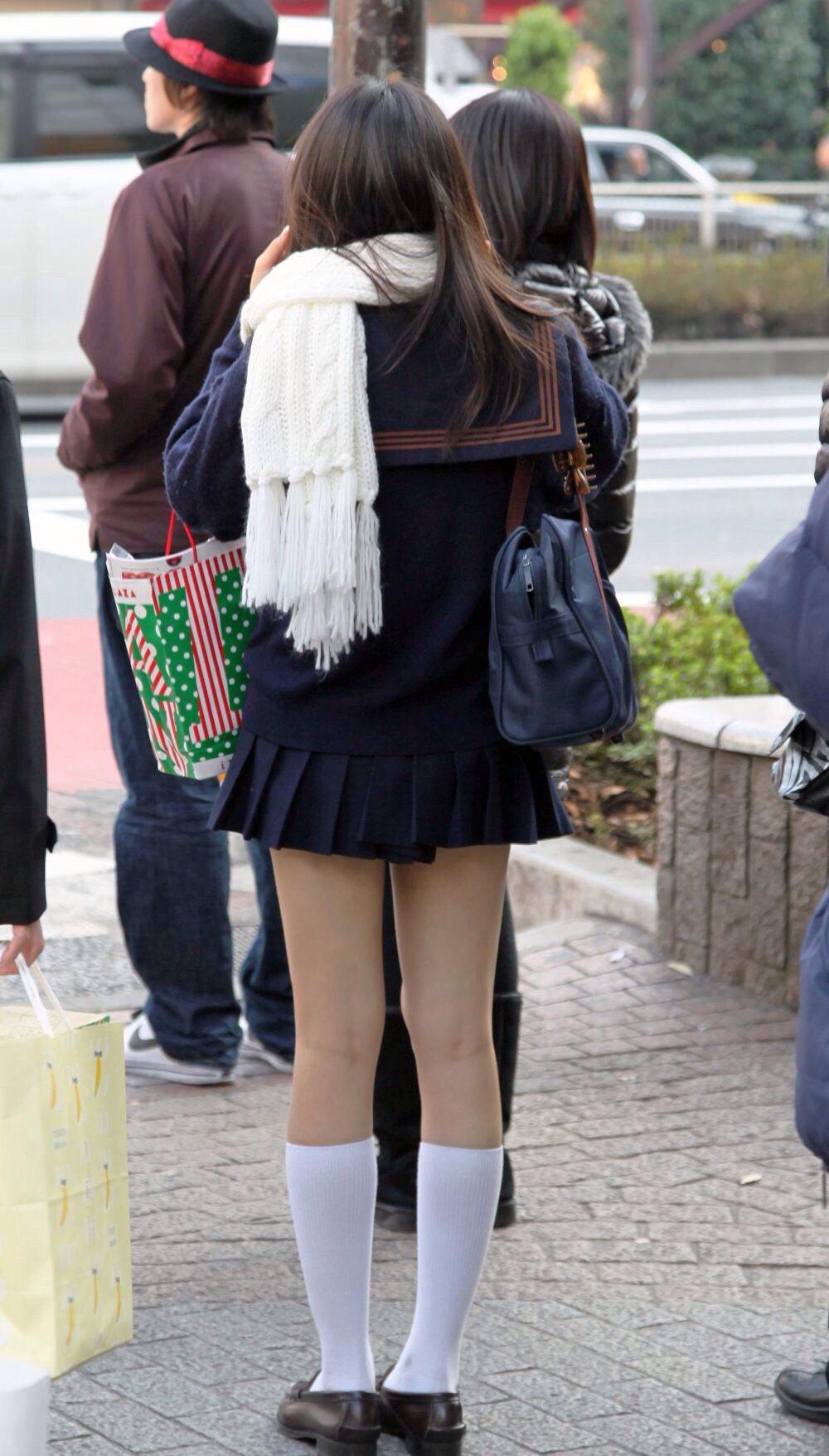 冬でも生足ミニスカの女子校生の美脚を凝視する!
