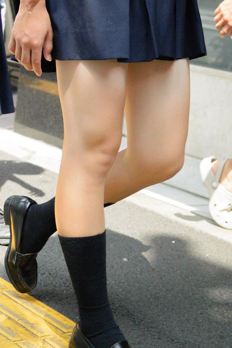 ミニスカート履いたJKのセクシーな美脚を接写撮り!