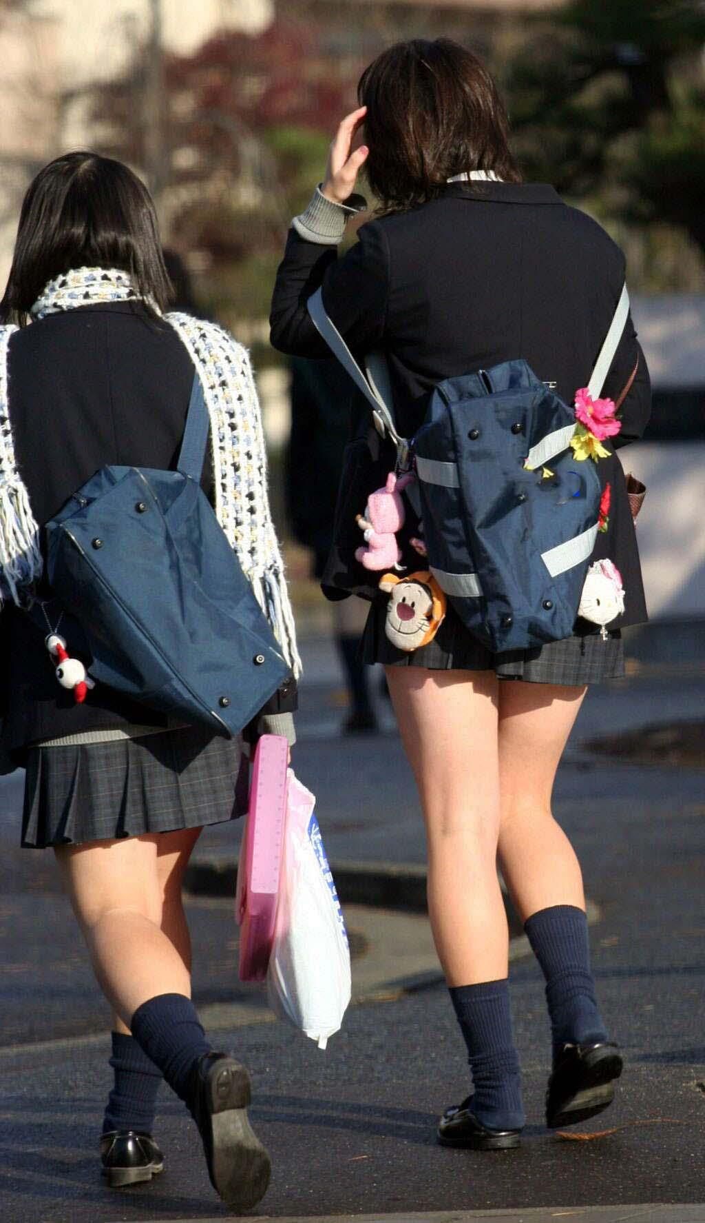 女子校生の美少女たちの眩しすぎる美脚がエロい!