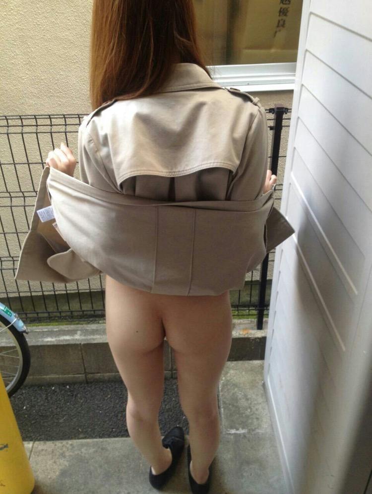 路地裏でコート捲って生尻を見せる変態女!