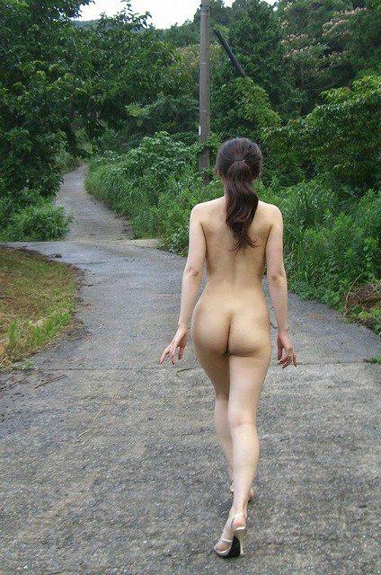 露出狂の女性が全裸で山道を歩いている!