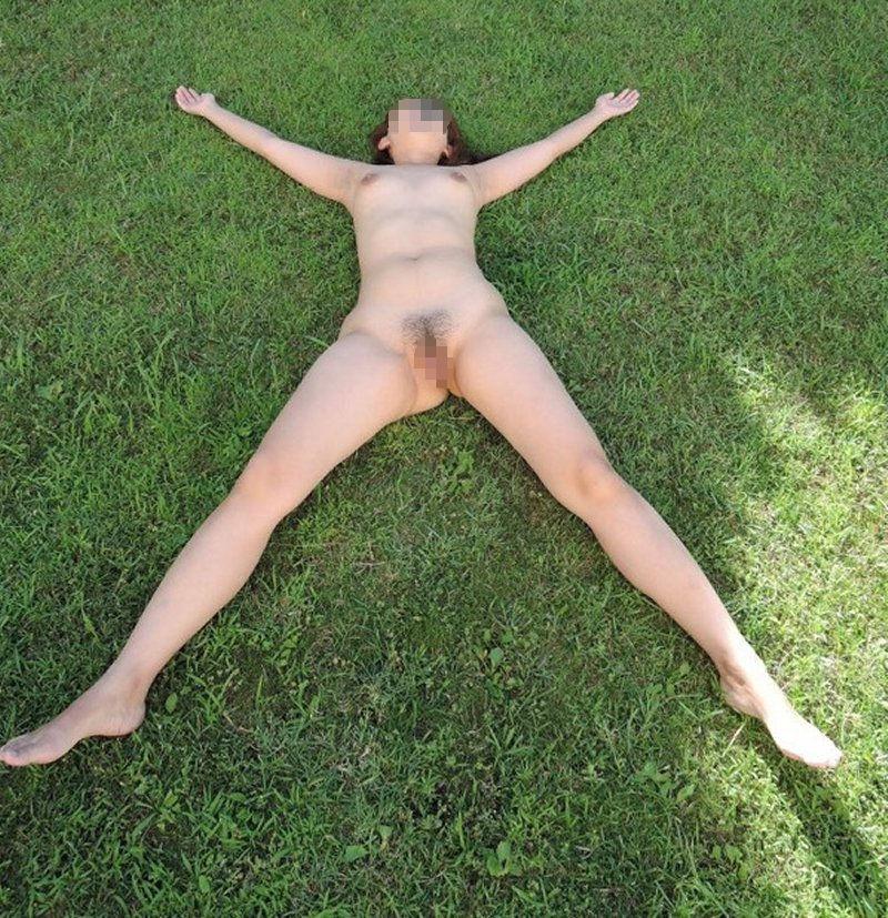 全裸になって芝生の上で大の字に寝ている!