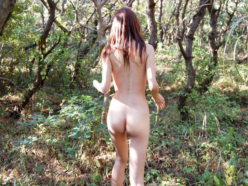 山の中で野外露出する美女のお尻に釘付け!