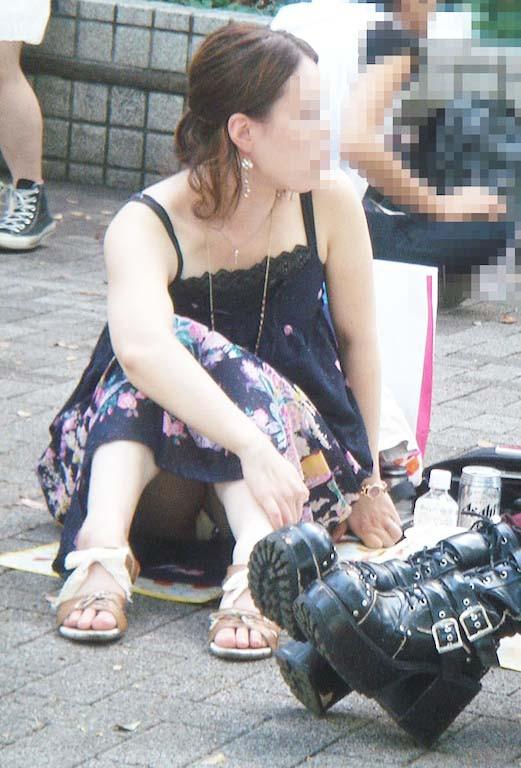 地べたに座り込んむ素人女性のパンツを隠し撮り!