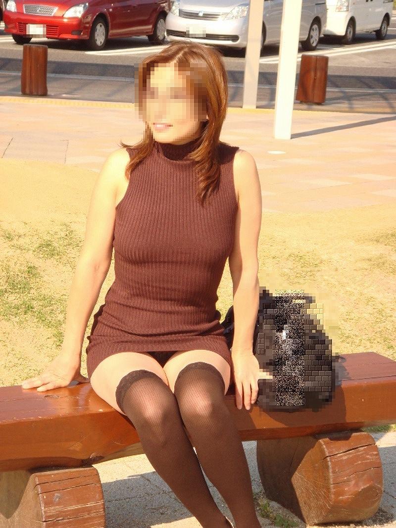 ベンチに座る女性のデルタゾーンから見える下着!