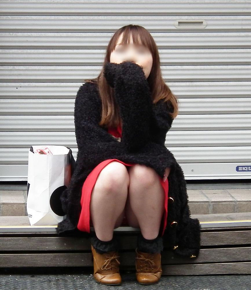 しゃがみ中の女性のスカートを盗撮してパンツをゲット!