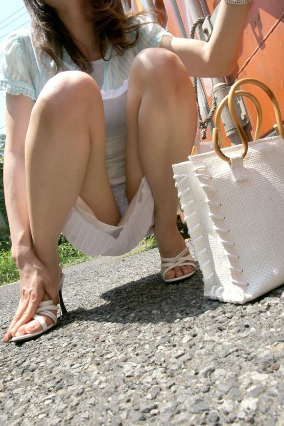 自然とパンツが見えてしまうスカートでお座りする女性!
